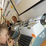 Jedním z úkolů bylo přepisovat manifest 2000 slov na dobových psacích strojích