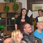 Píseň Jakpak je dnes u nás doma? z muzikálu Divotvorný hrnec, která Soňu Červenou proslavila, zazpívala archivářka Anna-Marie Rabová