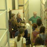 Návštěvníci si prohlíží jeden z depozitářů oddělení