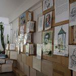 Instalace výstavy Svět kreslí Havla