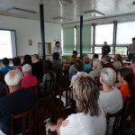 Návštěvníci jsou na místech, obecné povídání o Archivu začalo