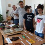 Výstavka artefaktů z provenience SNB zapůjčených od soukromého sběratele upoutala i mládež