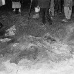 Prohledávání požářiště před objektem Krajské správy SNB Brno v katastru obce Kanice (okr. Brno – venkov) – fotodokumentace ze dne 8. 12. 1989
