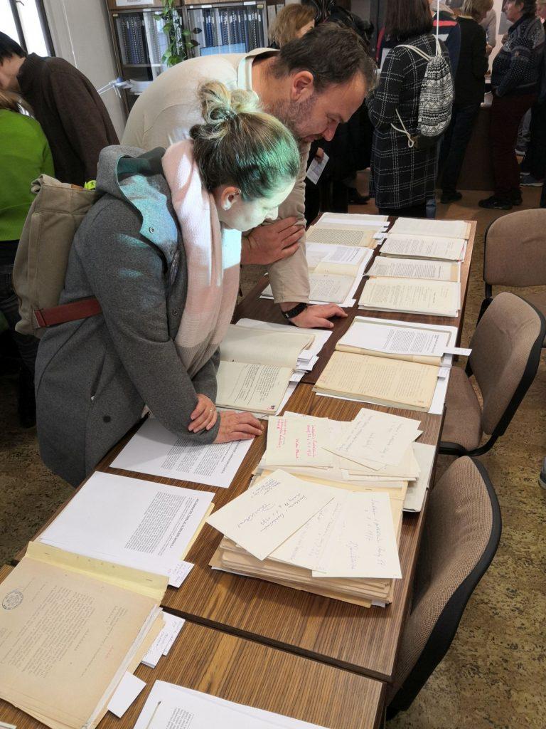 Příchozí se zaujetím studují vystavené archiválie