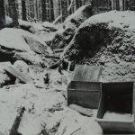 """V prosinci 1965 bylo nalezeno lesními dělníky v prostoru Knížecího stolce několik prázdných beden německého původu, které byly tentýž rok vyjmuty z podzemního úkrytu neznámými osobami. Nesly označení WaA 1944, tzn. značení zbrojního úřadu """"Waffenamt""""."""