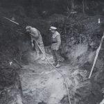 """Akce """"Poklad II"""", navrtávání a příprava k odstřelu skály na místě předpokládaného závalu štoly vedoucí k údajnému podzemnímu bunkru."""