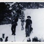 Objekt PETER s manželkou a dětmi při návratu z lyžování a sáňkování