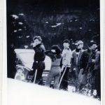 Skupina mladých účastníků setkání při odchodu na lyžování
